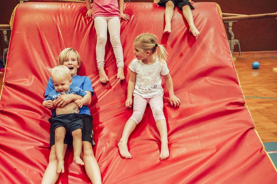Kinder rutschen auf Weichboden